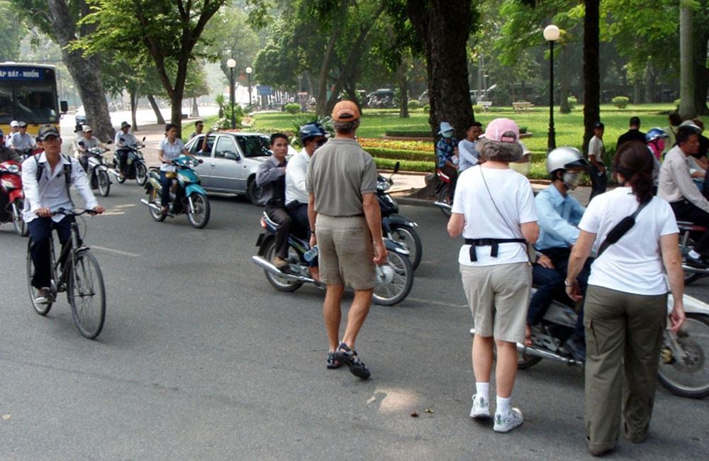 cross the road in Hanoi
